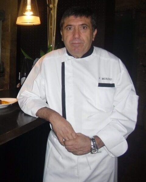Juan Moreno en la barra de su restaurante